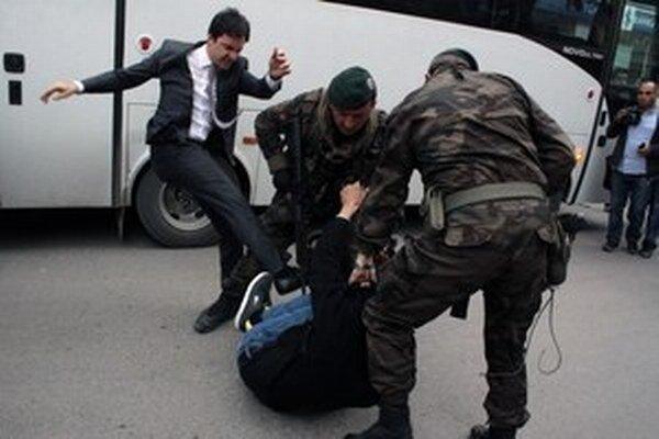 Bývalý poradca tureckého premiéra zaútočil na príbuzného zosnulého baníka. Teraz musí znášať následky.