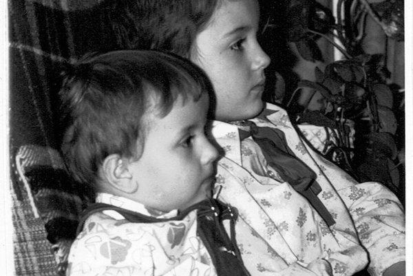 Rasťo a Robo Kopinovci. Fešáci v slušivých košieľkach vyrastali v Košiciach. Starší Róbert prišiel na svet 20. júla 1973 a tri roky, 21. augusta 1976 dostal bračeka Rasťa. Dnes sú z nich známi speváci a muzikanti z kapely Nocadeň.