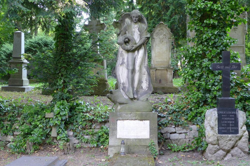 Hrob Fritza Wowyho s veľkolepou vápencovou plastikou na bratislavskom cintoríne pri Kozej bráne.
