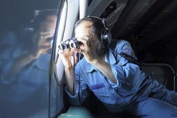 Dôstojník vietnamských vzdušných síl Pham Minh Tuan sa pozerá cez ďalekohľad počas pátrania po zmiznutom lietadle Boeing 777-200ER.