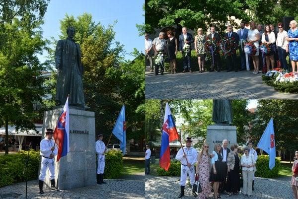Slávnostný program sa začal aktom kladenia vencov pri soche Antona Bernoláka na novozámockom námestí.