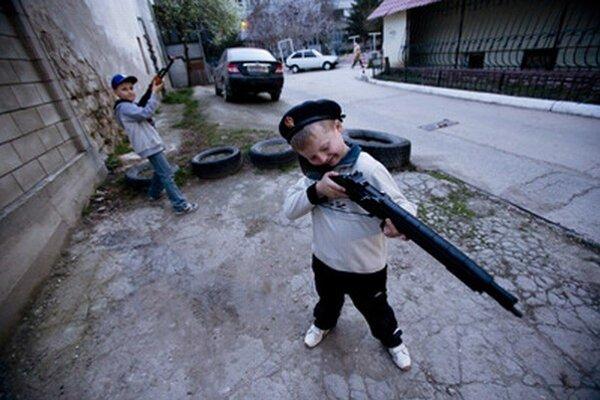 Ukrajinský chlapec sa hrá s detskou zbraňou v Simferopoli.