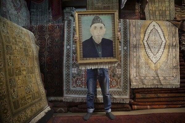 Karzaj viedol krajinu od pádu Talibanu v roku 2001. V sobotu si Afganci vyberú jeho nástupcu.