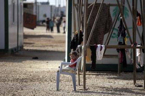 Dieťa sedí na stoličke v sýrskom utečeneckom tábore Zátarí.