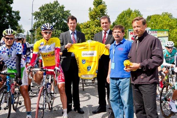 V roku 2010 bola Nitra naposledy etapovým centrom. Pred štartom etapy (zľava) nositelia dresov, zástupca primátora J. Vančo, primátor mesta J. Dvonč, V. Došek a zástupca sponzora J. Wachal.