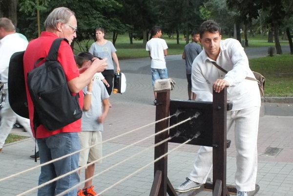 Igor Svítok (vľavo) pri rekordnom pletení lana v Trebišove.