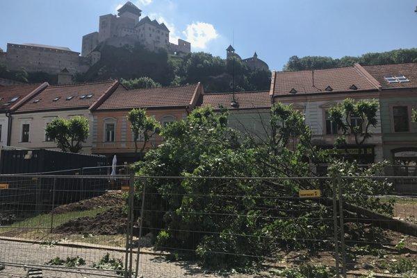 Zrezaný strom na Mierovom námestí.