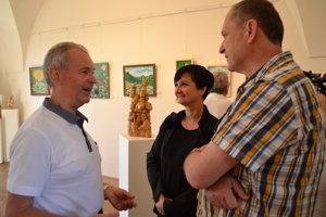 Milan Bocko (vľavo) v rozhovore s porotcami Evou Tkáčikovou a sochárom Jaroslavom Drotárom.