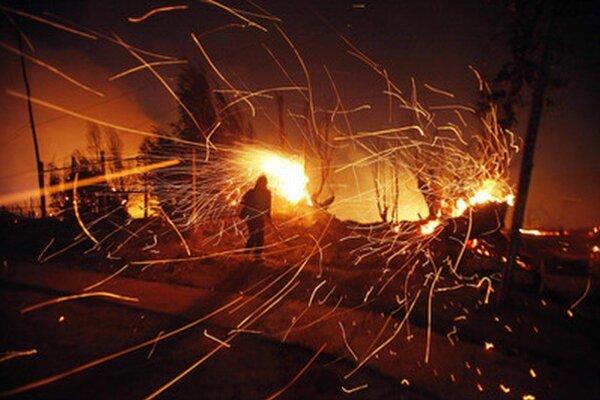 Ani v noci na pondelok oheň ešte stále nebol úplne zahasený.