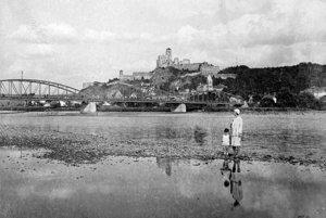Pri Váhu a starom cestnom moste. (1923)