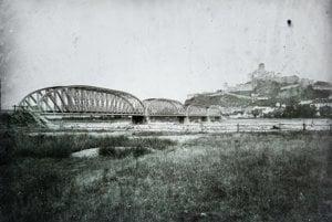Trenčiansky hrad a starý cestný most cez Váh. (1907)