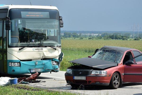 K dopravnej nehode dvoch osobných áut a autobusu došlo 6. júna 2017 popoludní v katastri obce Bačkov v okrese Trebišov na križovatke medzi Sečovcami, Kravanmi, Bačkovom a Dvoriankami. Pri nehode utrpeli zranenia štyri osoby.