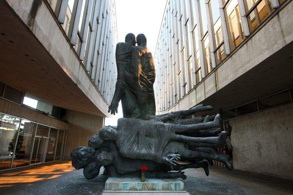 Pamätník Obete varujú je dnes súčasťou Pamätníka SNP. V čase normalizácie sa však zdal súdruhom príliš pesimistický a dočasne skončil v sklade.