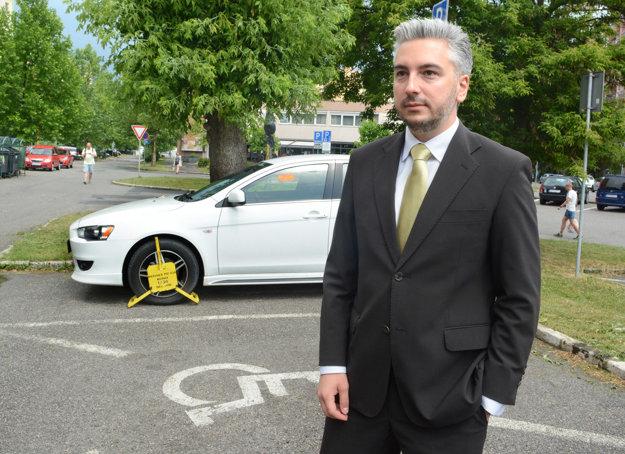 Poslanec Trnka symbolicky zapózoval pred autom, na ktorom bola tiež papuča od mestskej polície.