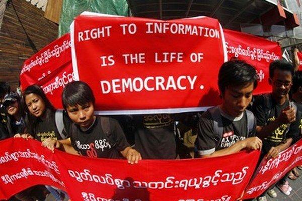 Barmskí novinári protestovali za slobodu prejavu a tlače.