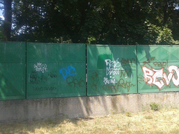 Posprejovaný je aj plot na amfiteátri.