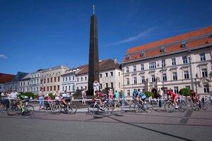 Pelotón cyklistov pred cieľom 1. etapy z Levoče do Banskej Bystrice.