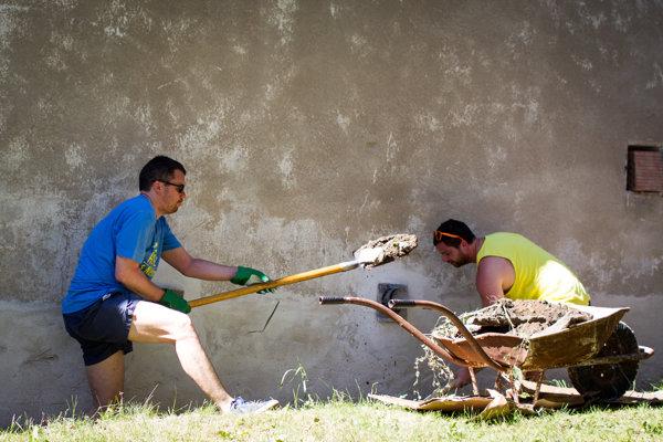 V karloveskej zátoke v Bratislave dobrovoľníci upravujú prostredielodenice.