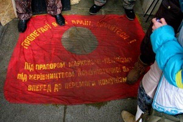 Pred vchodom do užhorodského Bieleho domu si utierajú nohy do vlajky s Leninom.