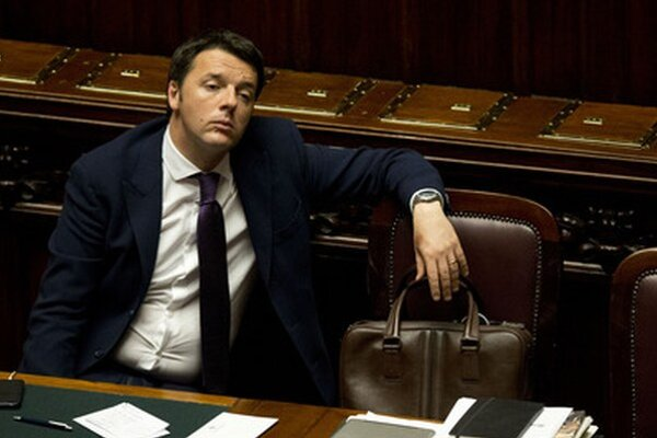 Matteo Renzi počúva debatu pred hlasovaním o dôvere jeho vláde v dolnej komore parlamentu.