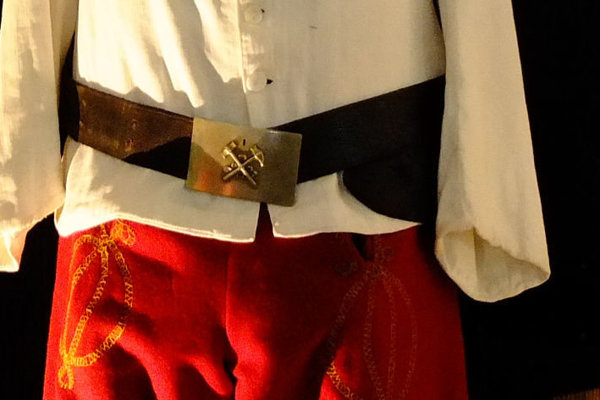 Kladivko a želiezko patria k starým baníckym symbolom. Tu ako súčasť aušusníckej uniformy.