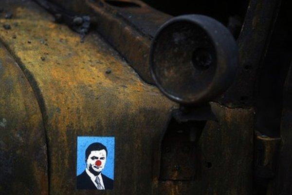 Nálepka Janukovyča na zhorenom armádnom vozidle.