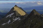 Sedlo Bystrá lávka (svah z Mlynickej doliny), vľavo hore je Veľké Solisko, vpravo je Furkotský štít. V pozadí uprostred je Kráľova hoľa v Nízkych Tatrách.