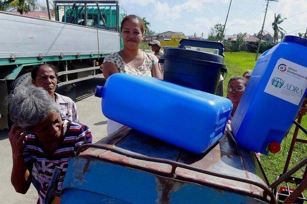 Filipínčanom zahraničné mimovládky pomáhajú s jedlom aj hygienou.