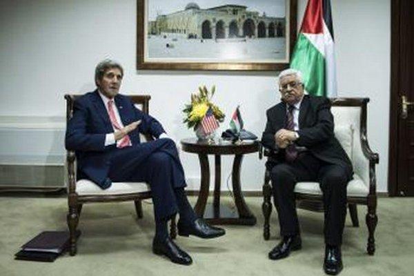 Americký minister zahraničných vecí John Kerry (vľavo)a palestínsky prezidento Mahmúd Abbás.