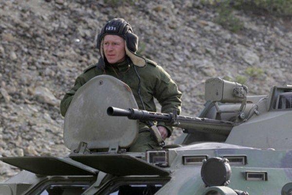 Vojak na obrnenom transportéri sa presúva v konvoji vojenských vozidiel na ceste z krymského Sevastopolu do Simferopolu.