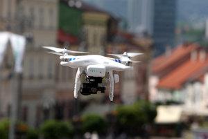Drony mali obťažovať ľudí v Bánovciach nad Bebravou.