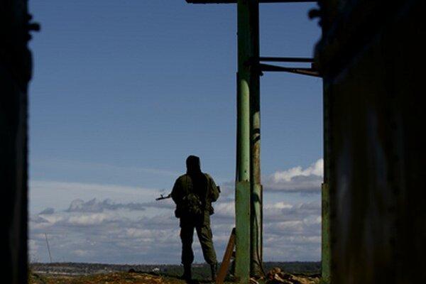 Ruský vojak hliadkuje v krymskom Sevastopoli.