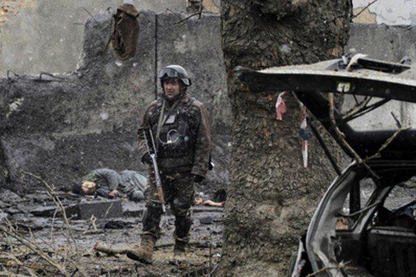 Ozbrojenci Talibanu sa po útoku pokúsili vniknúť dnu, všetkých piatich zastrelili.