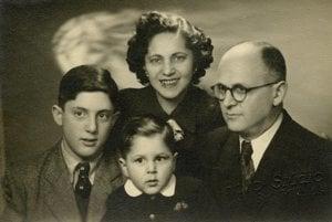 Pán D.S. na fotke z roku 1934 dnes žije v Tel Avive. Príbeh jeho rodiny rozprávajú hodinky, ktoré prežili Terezín.