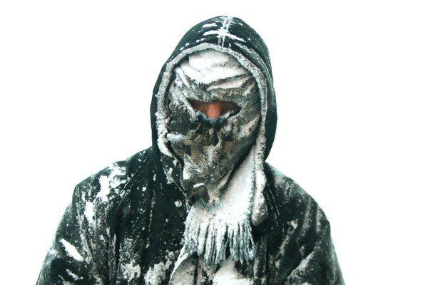 Mrazivé počasie pretrváva od Nového roku. Na snímke je muž z Muskegonu v štáte Michigan.