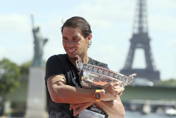 Rafael Nadal pózuje so svojou už desiatou trofejou z Paríža.