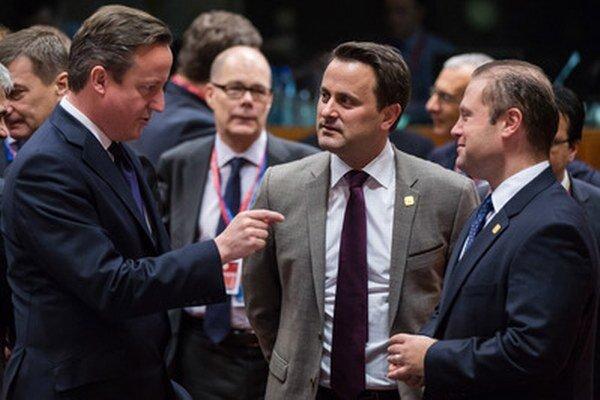Maltský premiér Joseph Muscat (vpravo) diskutuje na samite v Bruseli so svojimi kolegami Davidom Cameronom z Británie a Xavierom Bettelom z Luxemburska.