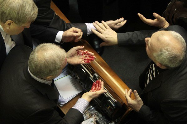 Počas dramatického dňa v parlamente tiež tiekla krv po bitke poslancov.