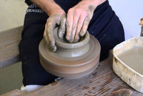 Igor Macák pri práci na hrnčiarskom kruhu.