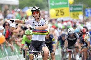 Peter Sagan oslavuje víťazstvo v piatej etape pretekov Okolo Švajčiarska.