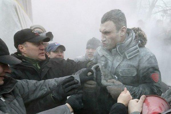 Vitalija Klička postriekali počas zrážok hasiacim prístrojom.