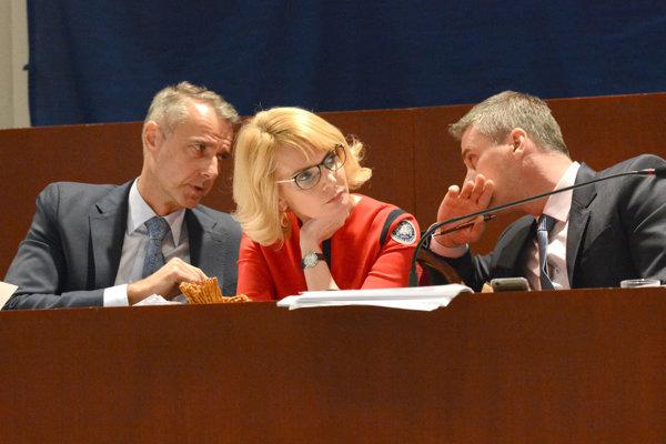 Kto nahradí Rašiho? Zatiaľ taja, či to bude Lenártová alebo Petruško (vpravo).
