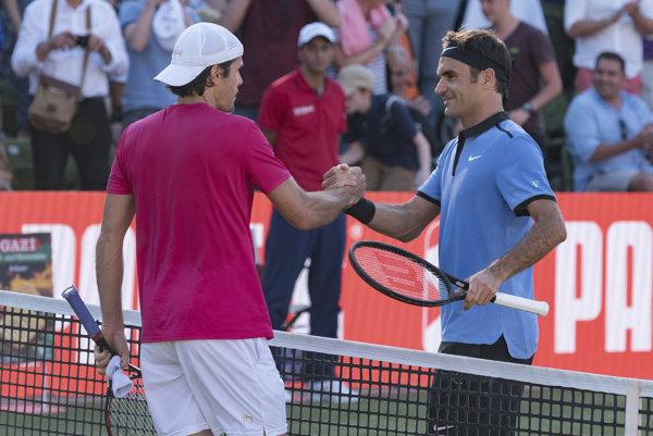 Tommy Haas (vľavo) prijíma gratuláciu od Rogera Federera.