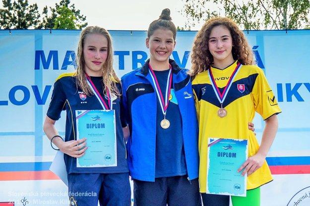 Emma Marušáková sa teší zo zlatej medaily.