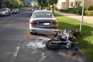 Motocyklista pri havárii zahynul.