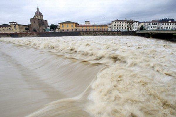 Rozvodnená rieka Arno vo Florencii.