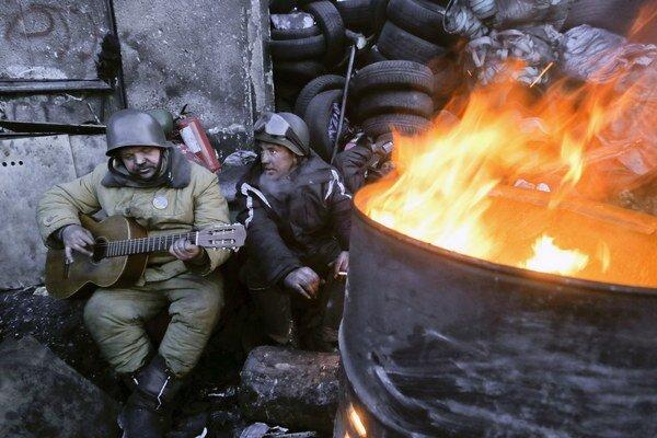 Opoziční demonštranti v Kyjeve si krátia čas hraním na gitare.