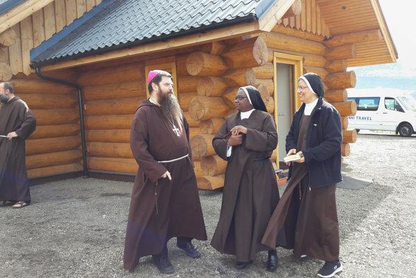 Kkatolícky biskup pochádzajúci zo Slovenska kapucín Dávid Bartimej Tencer a radové sestry stoja pred dreveným kostolíkom v islandskom Reydarfjördure.