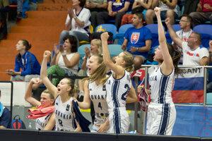Na snímke radosť slovenskej lavičky po víťazstve 68:59 v zápase základnej B-kupiny na ME v basketbale žien Slovensko - Bielorusko.