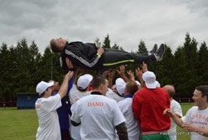 Tréner Patrik Karasy nad hlavami hráčov.